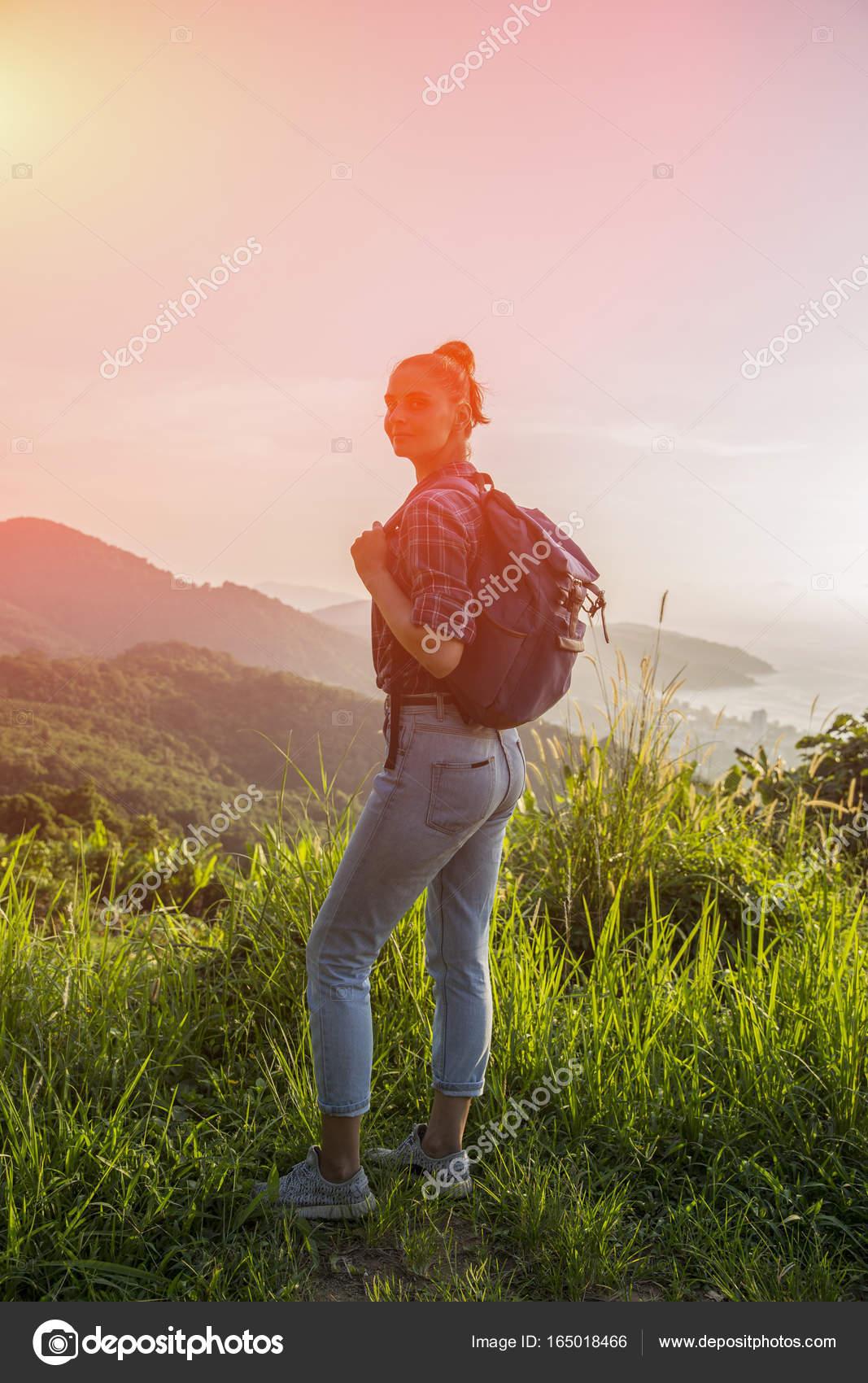 Jeune Fille De Hipster Avec Sac à Dos Coucher Du Soleil Sur