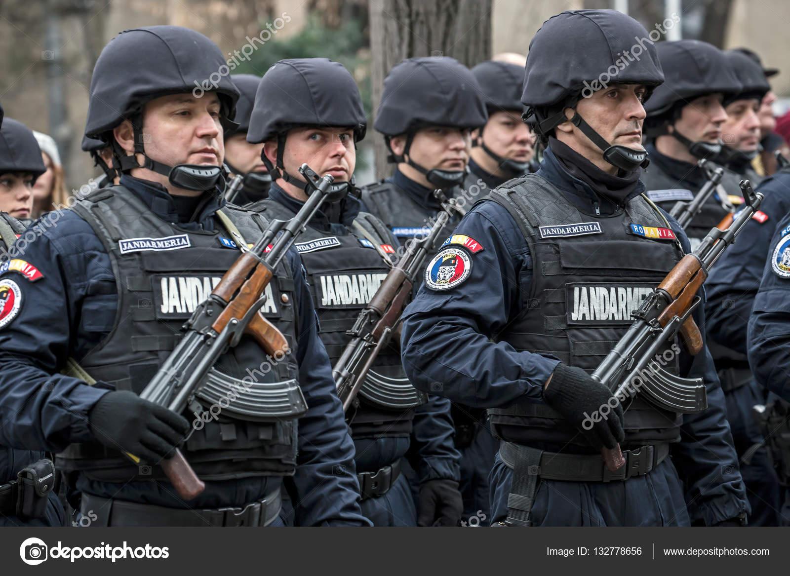 soldaten van de gendarmerie in formatie  u2013 redactionele stockfoto  u00a9 florin1961  132778656