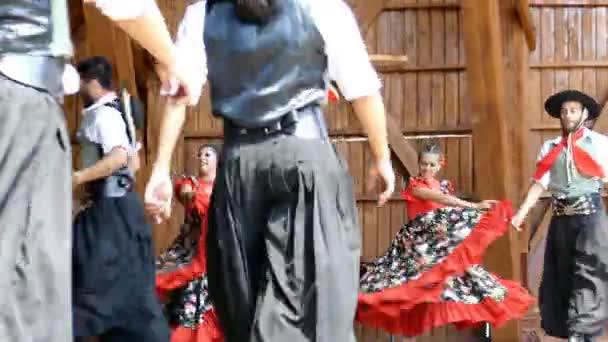 Tanečníci z Argentiny v tradičních lidových krojích