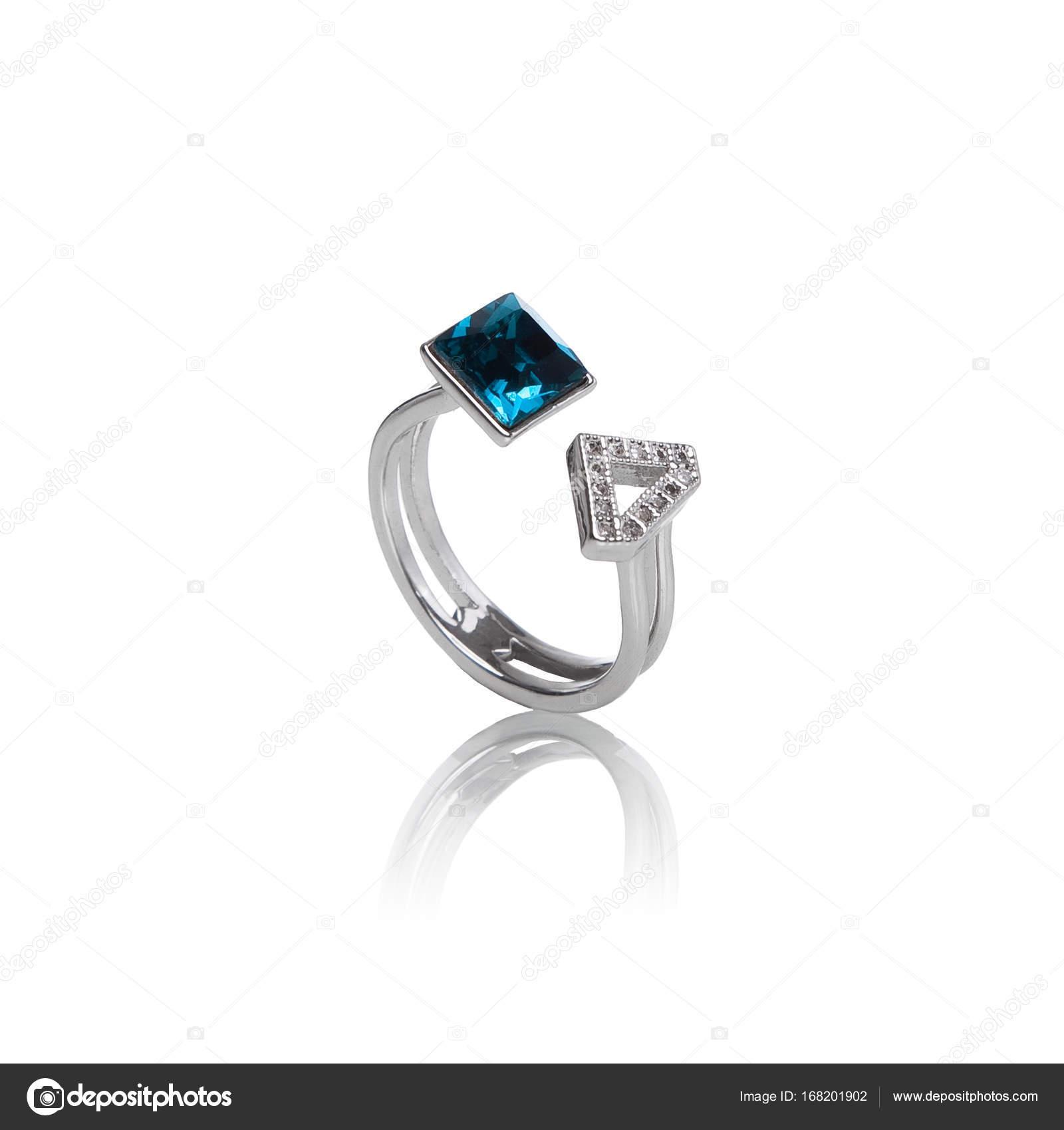 bague de luxe bijoux en argent avec une pierre en cristal bleu sur fond blanc photographie. Black Bedroom Furniture Sets. Home Design Ideas