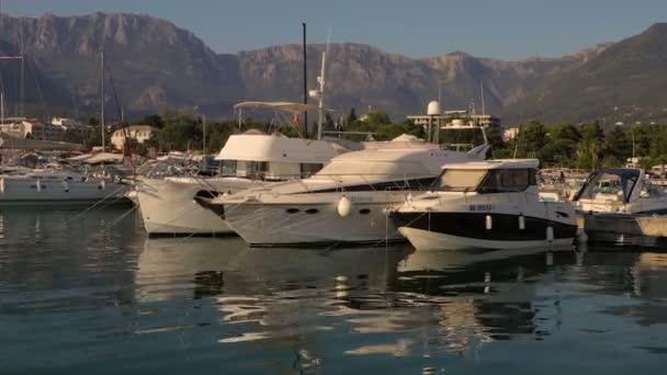 Yacht Club v oblasti Marina při západu slunce v Černé hoře
