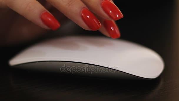 Weibliche ältere Hände mit Computer Maus Befehl closeup