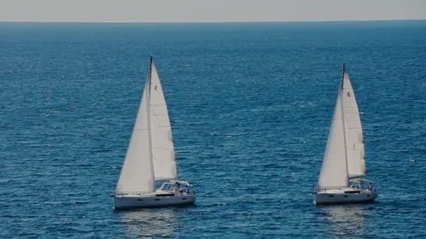 ein Segelboot am Horizont in der wunderschönen Adria