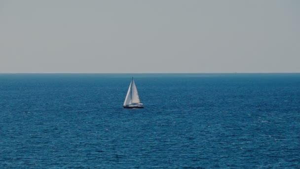 Egy vitorlás, yacht a láthatáron, az Adriai-tengeren