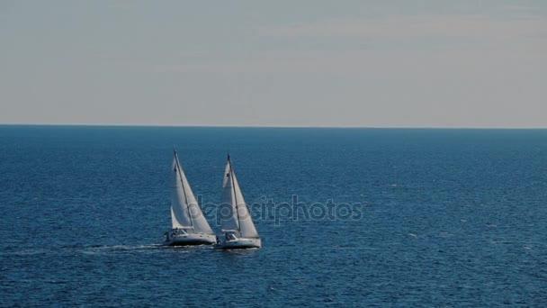 A vitorlások a láthatáron, a gyönyörű Adriai-tengeren
