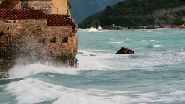 Die Altstadt in die großen Wellen der Adria