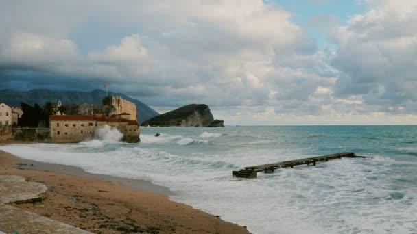 Einsame Pier und Altstadt in die großen Wellen der Adria