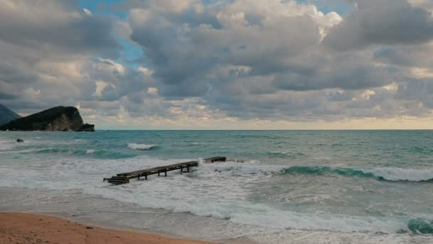 Einsame Pier in die großen Wellen der Adria