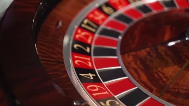 Ruleta v kasinu točí a bílá koule