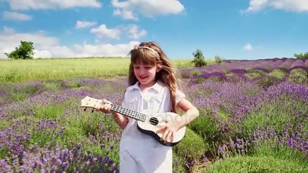Dívka v bílých šatech, hraje na ukulele na levandulové pole