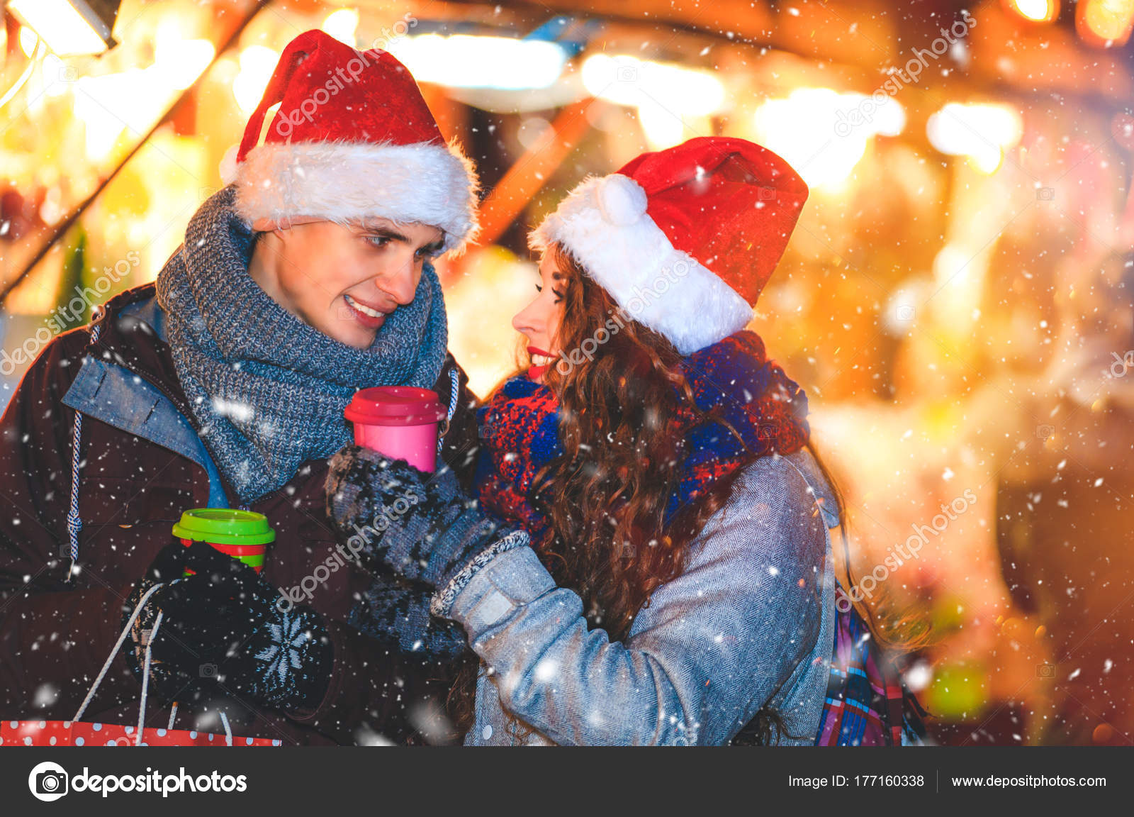 Paar in warme Kleidung und heiße Getränke genießen Weihnachtsmarkt ...