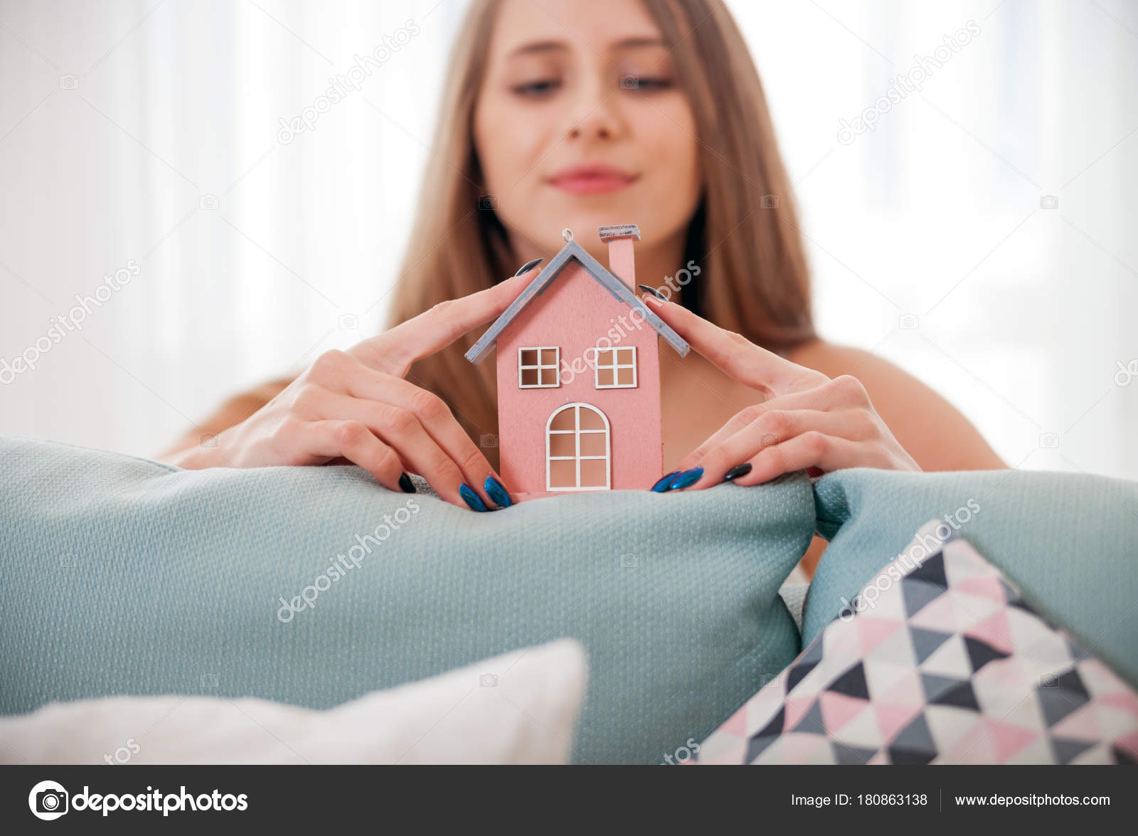 Donna nella sua nuova casa con modello di casa concetto for Aprire i piani casa artigiano concetto