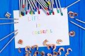 List papíru s životem je barevný text