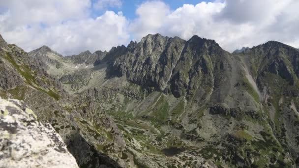 Pohled z vrcholu Predne Solisko do údolí Mlynicka v Národním parku Vysoké Tatry na Slovensku. Časová prodleva 4k videa.