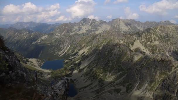 Time-lapse 4k video v národním parku Vysoké Tatry. Pohled z vrcholu Koprovského do údolí Temnosmrecinska.