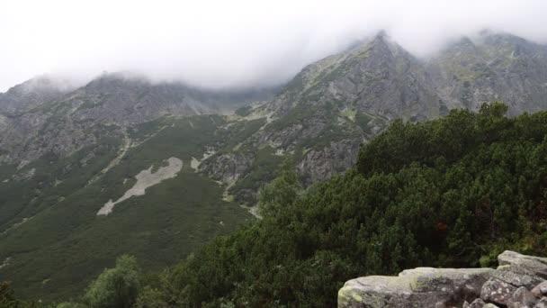Time-lapse 4k video - Pohyb mraků v horách. V Mengusovské dolině ve Vysokých Tatrách, na Slovensku. Po dešti.