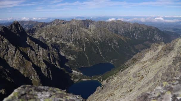 Pohled z vrcholu Rysy na moře v Národním parku Vysoké Tatry v Polsku. Časová prodleva 4K videa. Vrchol Tatry Rysy je nejvyšším vrcholem v Polsku a jedním z nejvyšších na Slovensku. Mořské oči jsou největší jezero ve Vysokých Tatrách.