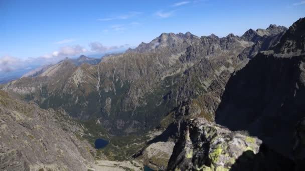Pohled z vrcholu Rysy do údolí Bielovodska v Národním parku Vysoké Tatry v Polsku. Časová prodleva 4K videa. Vrchol Tatry Rysy je nejvyšším vrcholem v Polsku a jedním z nejvyšších na Slovensku.