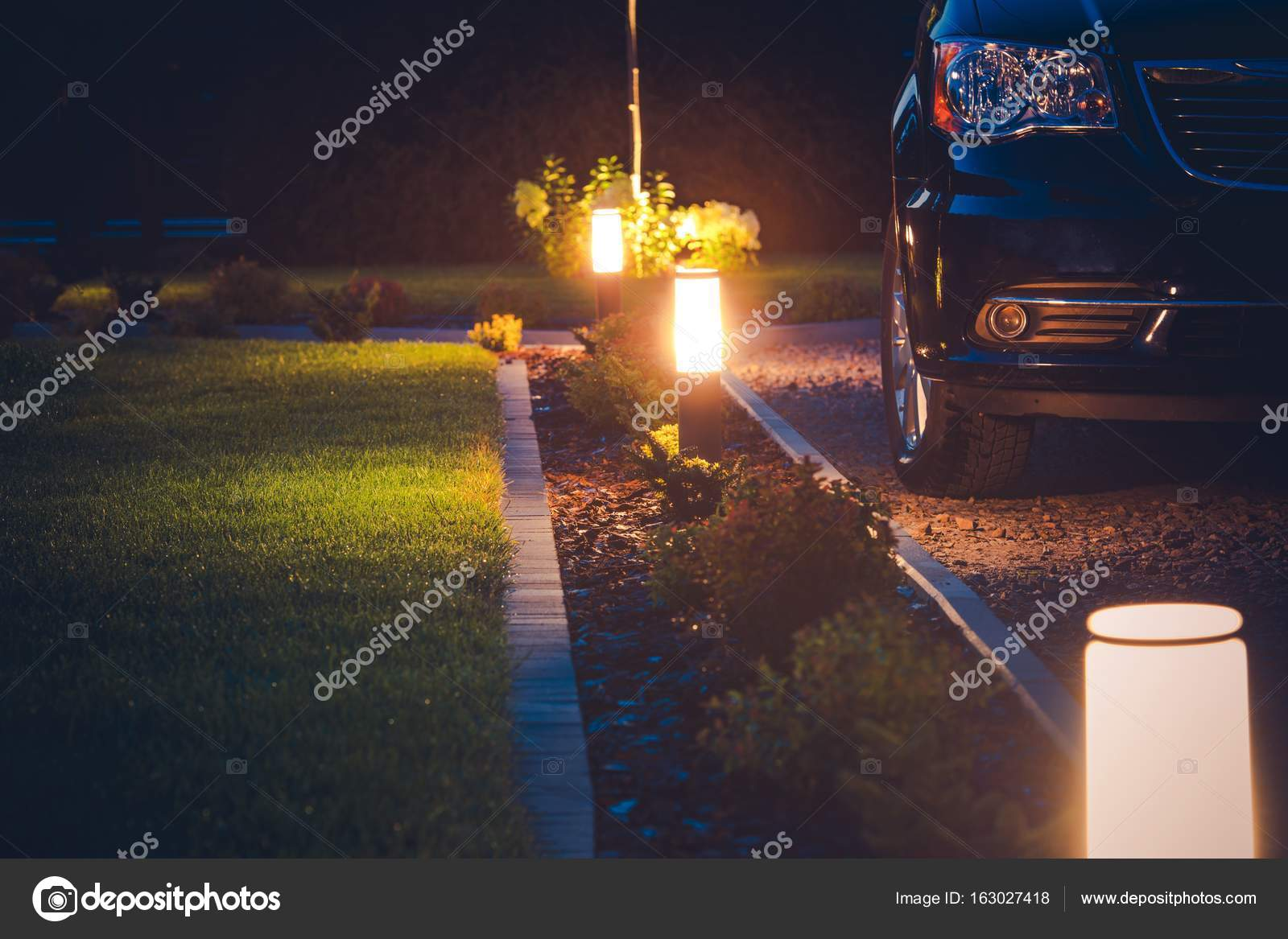Illuminazione vialetto di casa u foto stock welcomia