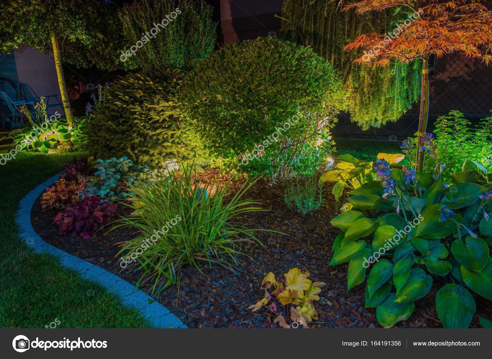 Elegante tuin verlichting u stockfoto welcomia