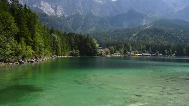 Scenic Jezero Eibsee v Bavorsko Německo poblíž Garmisch-Partenkirchenu. Německé Alpy