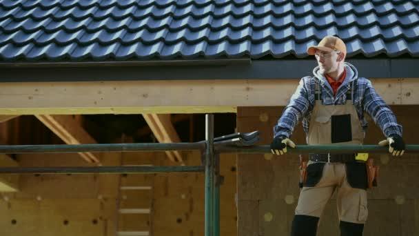 Bělošský střešní dělník po třicítce na lešení. Motiv stavby domu.
