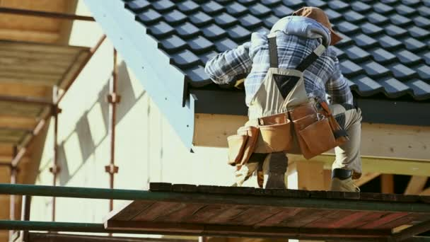 Industrial Worker Finishing Keramische Dachziegel Abdeckung. Letzter Check. Kaukasischer Unternehmer in seinen Dreißigern.