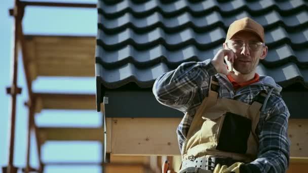 Industrial Business Theme. Bauarbeiter telefoniert auf einem Gerüst.