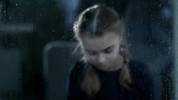 Egy magányos lány szorosan átöleli a maciját, miközben egyedül ül egy üres szobában. Izgatottan várja, hogy valaki ismerős jöjjön..