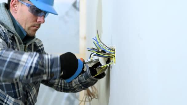 Stavební dělník pomocí drátu Stripper dostat dráty připraven k instalaci zástrčky.