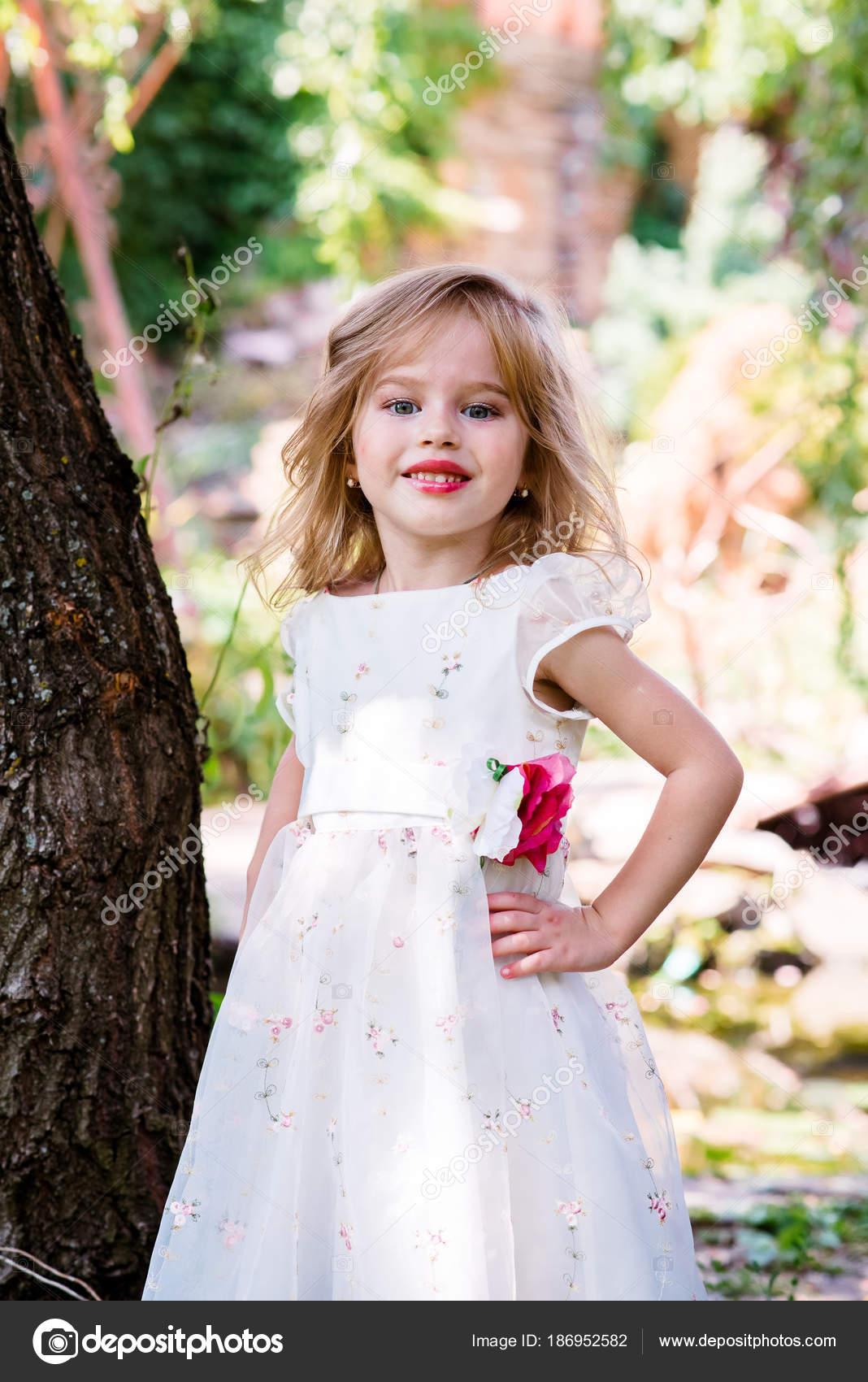 kleines Mädchen Kind mit langen blonden Haaren und ziemlich ...