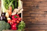 Fotografia verdure fresche di stagione nella casella