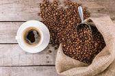 parní hrnek kávy a fazole