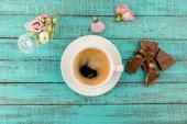 kávé bögre gőz és virágok táblázat