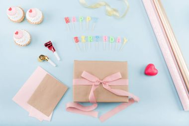 birthday cakes with gift box