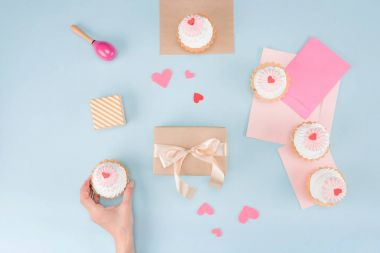 hand holding cake with gift box