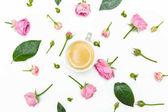 Fényképek Gyönyörű virágok és csésze kávé