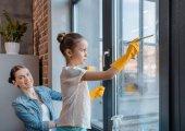 Matka a dcera čištění oken