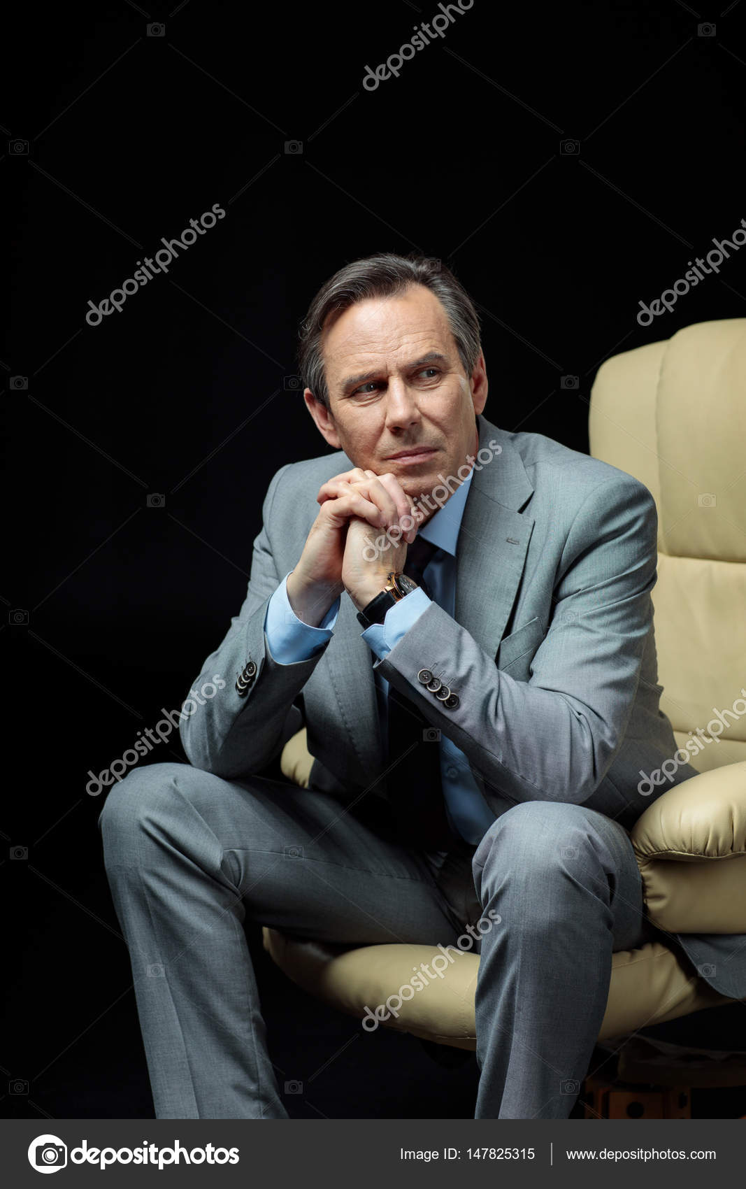 Empres rio sentado na poltrona stock photo yurasokolov for Sitting in armchair