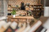 Fotografie interiér kuchyně s cihlovou zeď loft stylu, zaostření na pozadí