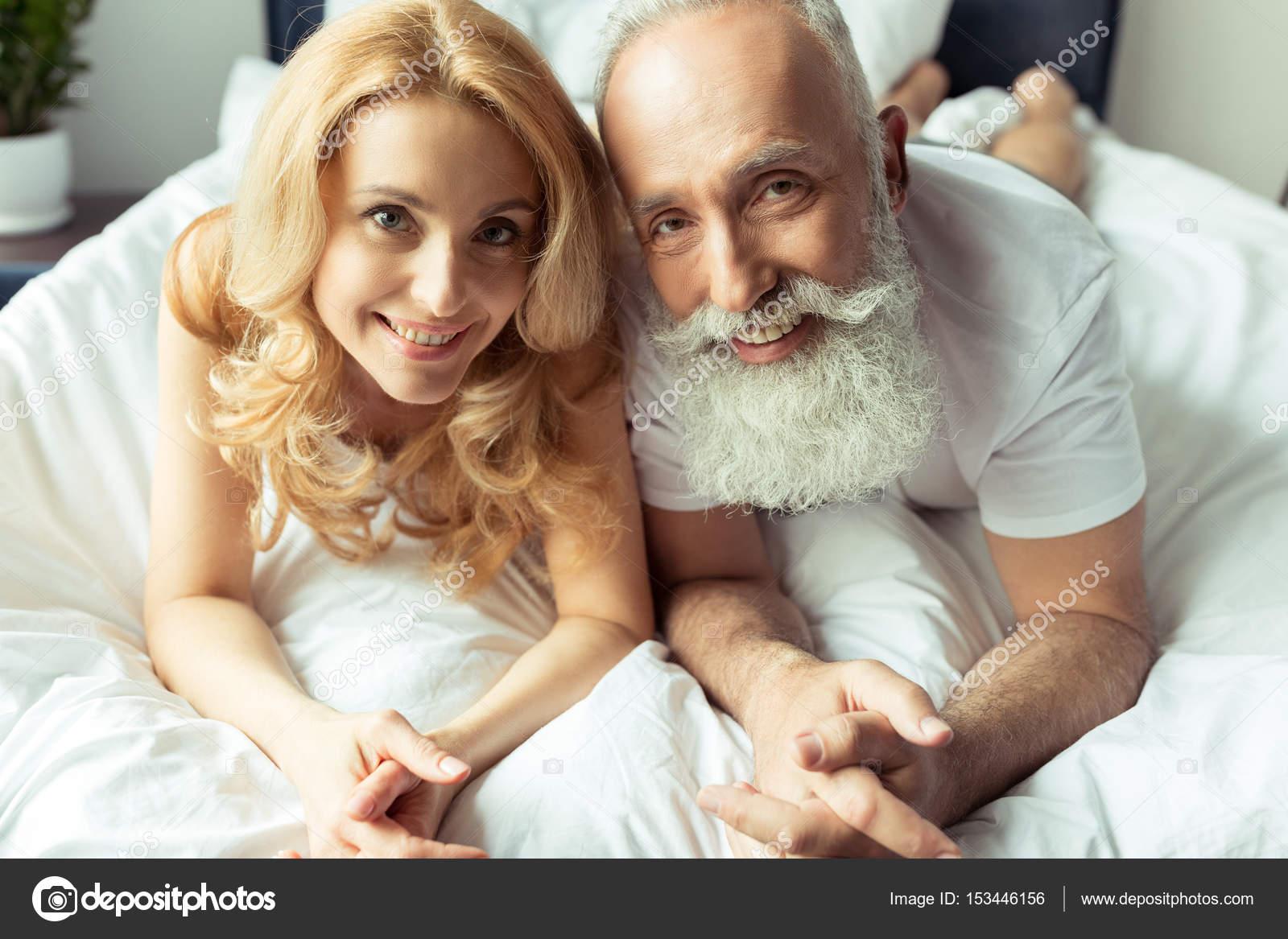 mature couple au lit photographie sashakhalabuzar 153446156. Black Bedroom Furniture Sets. Home Design Ideas