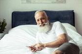 Fotografie Starší muž pomocí smartphone