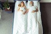 pár leží v posteli