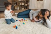 matka a dcera hraní s kostkami