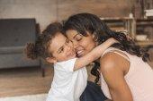 Mutter verbringt Zeit mit Tochter