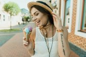 Photo Young woman eating ice cream