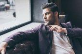 Fotografia uomo bello con taglio di capelli alla moda