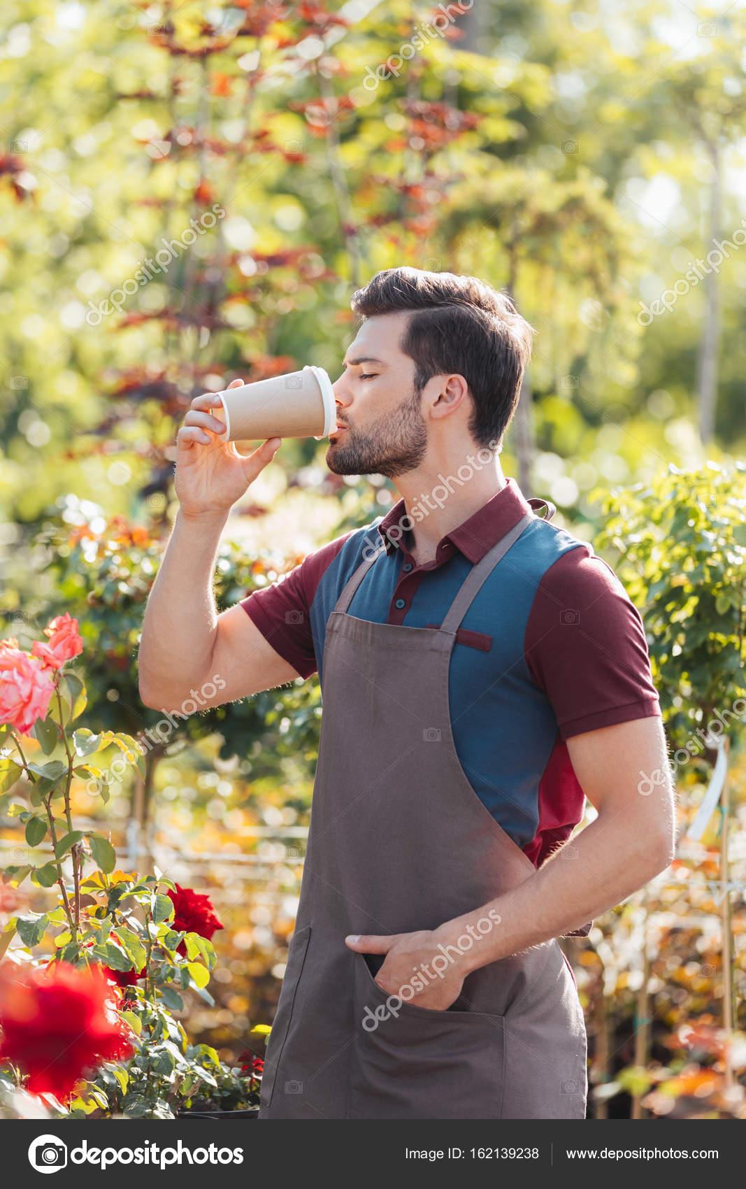 MI BLOC, QUE NO BLOG - Página 26 Depositphotos_162139238-stock-photo-gardener-drinking-coffee-in-garden