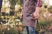 zahradník s prořezávání nůžky v ruce