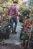 zahradník v zástěře chůzi v zahradě